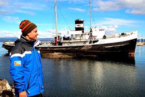 2013 – Ao fundo o rebocador Saint Christopher, responsável pelo famoso resgate no ano de 1930 do navio Montes Cervantes. Desde 1957 encontra-se exposto como monumento e patrimônio histórico argentino, na Bahia de Ushuaia.