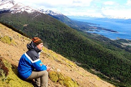 2013 – Parte inicial da trilha Dentes Navarino. Ao fundo parte das montanhas que compõem a Cordilheira Darwin.