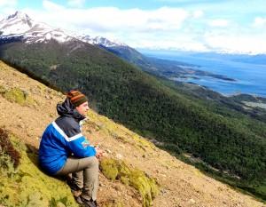 Henry Jenné Próximo ao topo da primeira montanha que faz parte da Trilha Navarino, a mais austral do planeta livro 21 dias nos confins do mundo