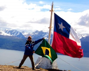 Henry Jenné No topo da montanha Cerro Bandera localizada na Ilha Navarino, Chile, próximo a Puerto Williams livro 21 dias nos confins do mundo