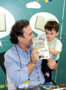 Henry Jenné autor do livro 21 Dias Nos Confins do Mundo em encontro com seus leitores na Bienal do Rio 2015
