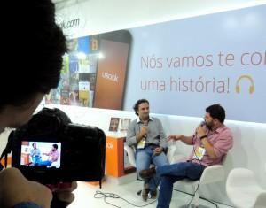 Henry Jenné autor do livro 21 Dias Nos Confins do Mundo em bate papo com o escritor Pedro Doria Fotos do lançamento do livro 21 Dias Nos Confins do Mundo do autor catarinense Henry Jenné Bienal Internacional do Livro do Rio 2015