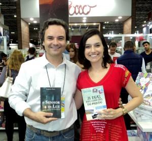 Henry Jenné autor do livro 21 Dias Nos Confins do Mundo em encontro com escritores e equipe da editora Novo Século na Bienal do Rio 2015