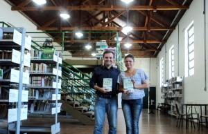 visita do escritor Henry Jenné autor do livro 21 Dias Nos Confins do Mundo a Biblioteca Pública de Indaial SC