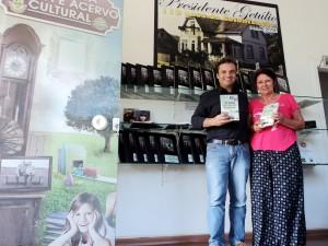 visita do escritor Henry Jenné autor do livro 21 Dias Nos Confins do Mundo a Biblioteca Pública de Presidente Getúlio SC