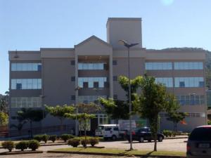 Visita do escritor Henry Jenné a biblioteca central da UDESC de Santa Catarina para entrega de exemplares do seu livro