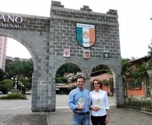 Visitar do escritor Henry Jenné ao LIRA Circolo Italiano de Blumenau SC foto com Iria