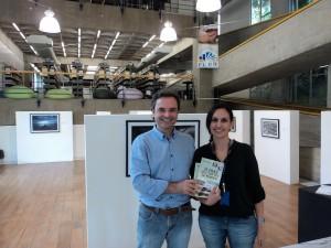 Visitar do escritor Henry Jenné a Biblioteca da Universidade Regional de Blumenau FURB para inclusão do seu livro no acervo da Biblioteca foto com Rochele
