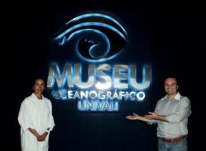 Visita do escritor Henry Jenné ao Museu Oceanografico da Univali Foto com Dra Biologa Bibiana