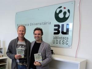 Visitar do escritor Henry Jenné a Biblioteca do Estadol de SC UDESC para inclusão do seu livro no acervo da Biblioteca foto com Mauricio