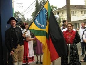 Visita do escritor Henry Jenné ao Clube Germanico 25 de Julho de Blumenau para entrega de exemplares do seu livro 21 Dias Nos Confins do Mundo