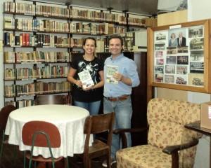 Visitar do escritor Henry Jenné a Biblioteca do Clube Germanico 25 de Julho de Blumenau SC para inclusão do seu livro no acervo da Biblioteca do Clube foto com Luisa