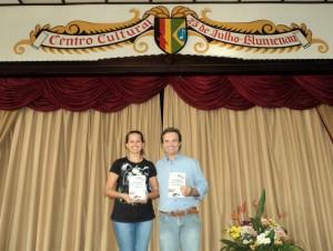 Visitar do escritor Henry Jenné ao Clube Germânico 25 de Julho de Blumenau foto com Luisa
