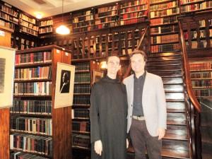 visita do escritor henry jenné a Biblioteca Monástica do Mosteiro de São Bento de São Paulo