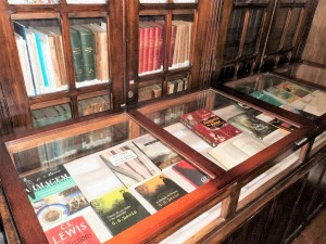 Cenários e Peças da Exposição no Salão Principal Semana Literária Mosteiro de São Bento