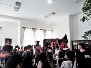 Público prestigiando à exposição literária no Mosteiro de São Bento