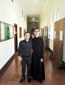 Escritor Henry Jenné prestigiando a exposição literária no Mosteiro de São Bento