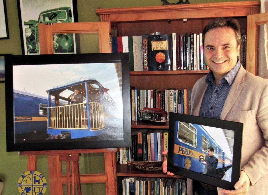 Henry Jenné (autor) com os quadros recebidos da empresa PeruRail – Perú (2018)